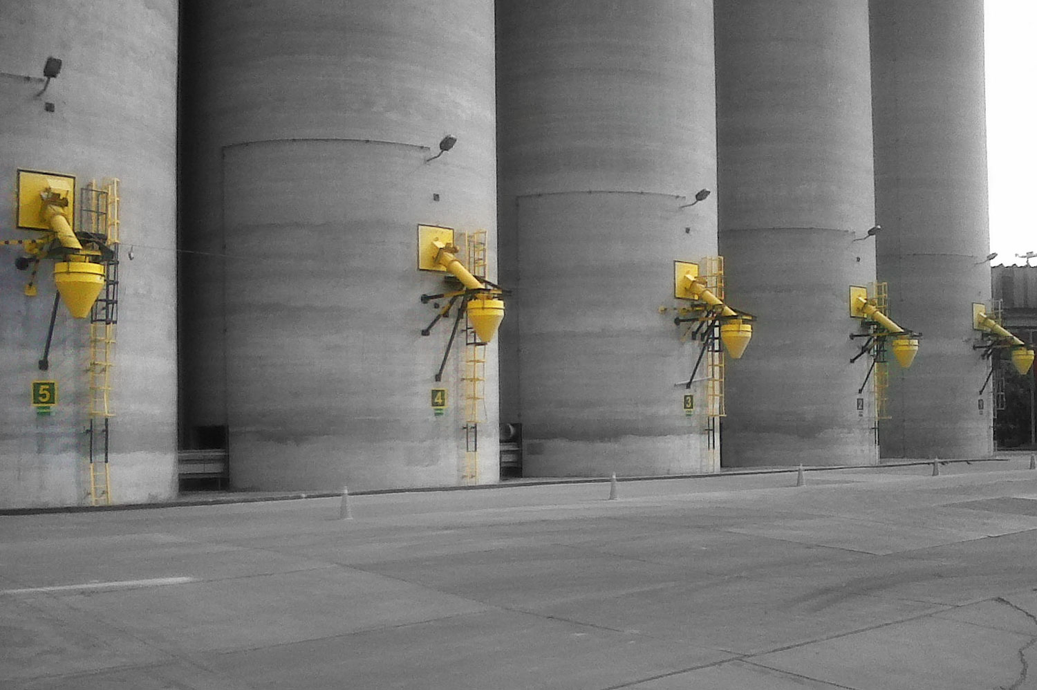 Five silos with DSH systems attached